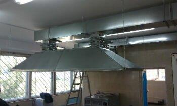Вентиляционный зонт на производстве